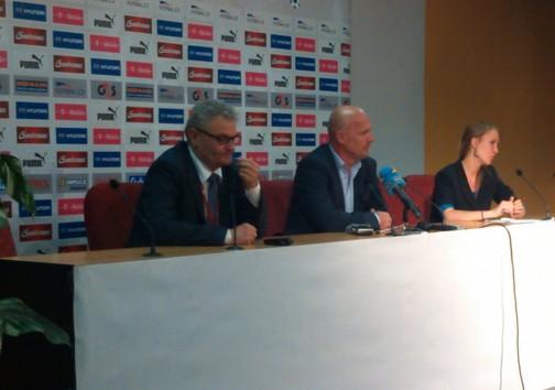Tlumočení tiskové konference českého národního fotbalového týmu
